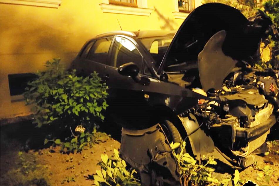 Führerloser Seat wird in Vorgarten geschleudert und knallt gegen Hauswand