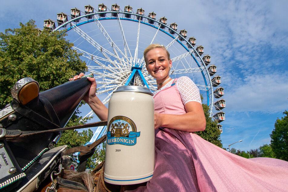 Da war noch alles anders: Veronika Ettstaller (22), Bayerische Bierkönigin, reitet 2019 mit einem riesigen Maßkrug beim traditionellen Auszug zum Gäubodenvolksfest vor dem Riesenrad.