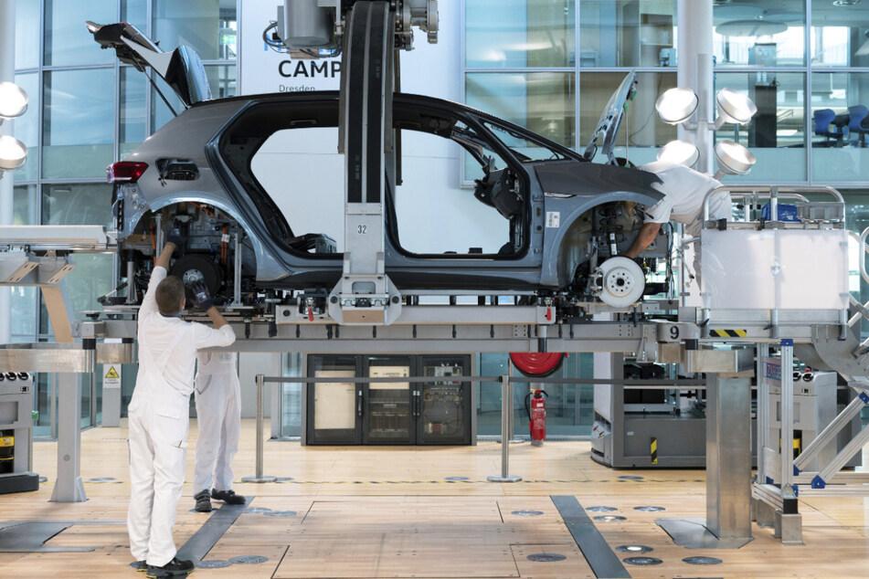Die Autohersteller kämpfen mit Chipmangel, daher produzieren sie weniger.