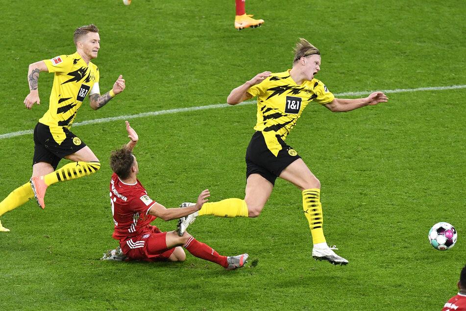 Bei dieser Grätsche gegen Dortmunds Stürmer Erling Haaland (r.), verletzte sich Kimmich (M.) an seinem Knie.