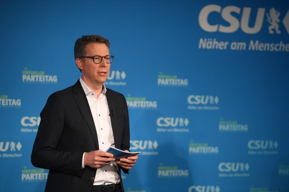 22.Mai, München: Markus Blume, CSU-Generalsekretär, steht bei einem Gespräch beim virtuellen CSU-Parteitag in der CSU-Landesleitung auf einer Bühne