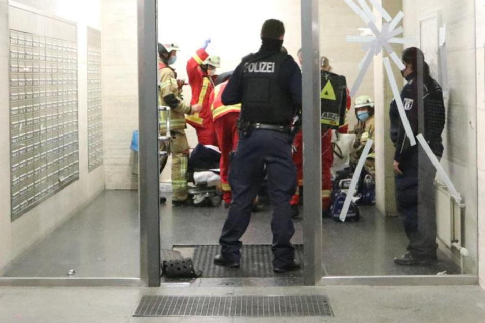 Rettungskräfte kümmern sich um die Bewohnerin.