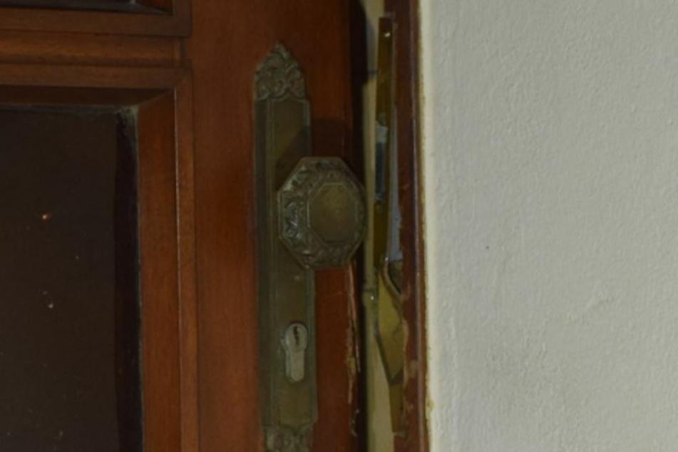 Die Polizei erkannte deutliche Hebelspuren an der Haustür.