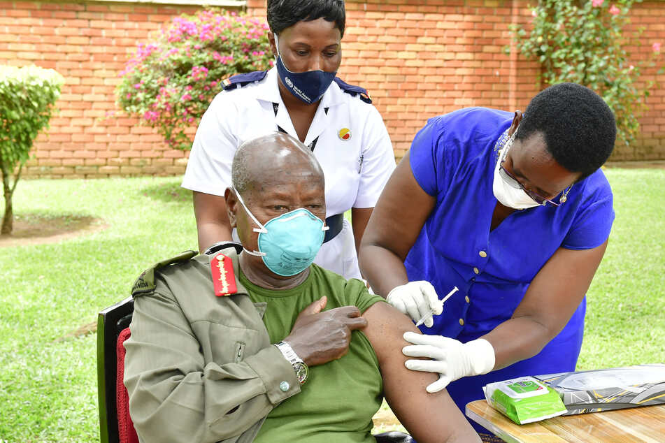 Impfstoffe sind knapp in afrikanischen Ländern: mit einem der raren AstraZeneca-Vakzine ließ sich der ugandische Präsident Yoweri Museveni impfen.