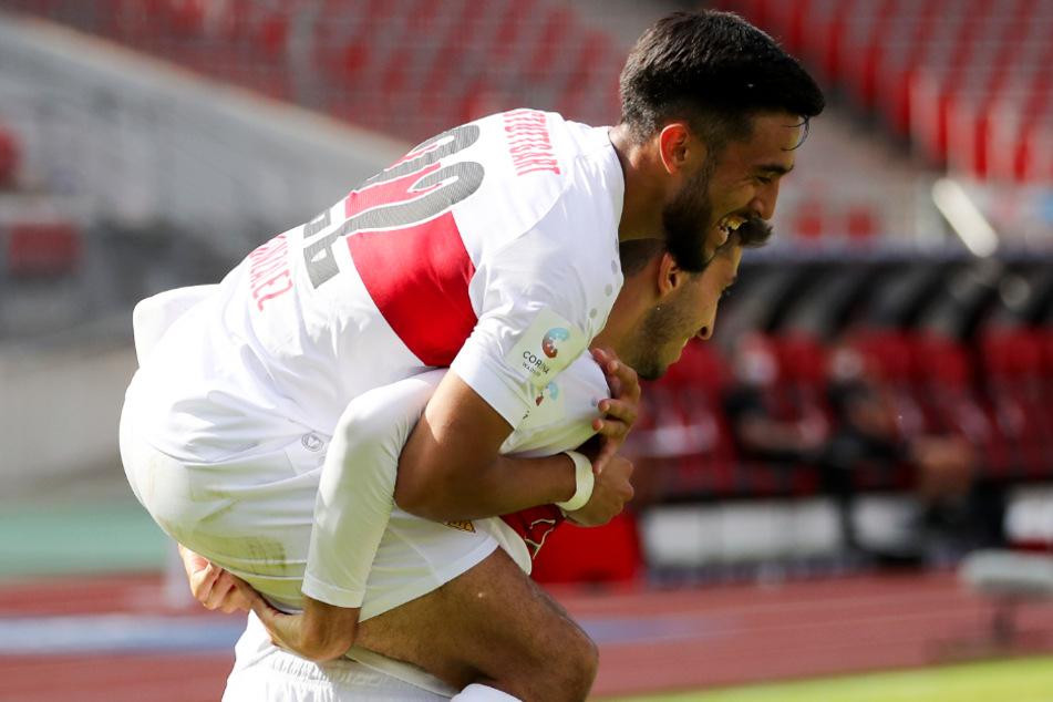 Immer für einen Spaß zu haben: Nicolas Gonzalez (22) wird von Atakan Karazor (24) getragen.