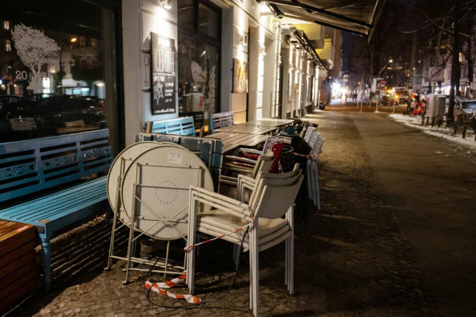 Vor einem Restaurant im Stadtteil Friedrichshain sind Stühle und Tische angekettet.