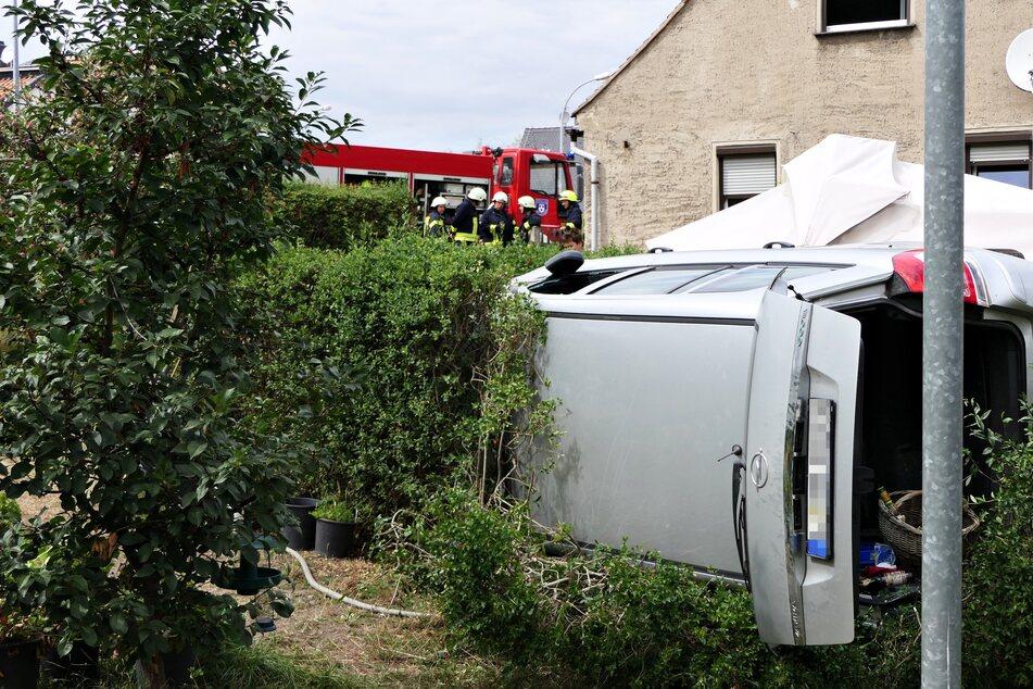 Bei Leipzig: Auto kommt von Straße ab und überschlägt sich in Garten
