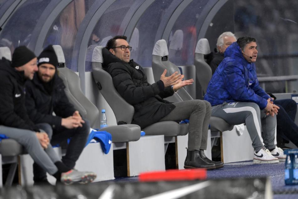 Manager Michael Preetz verfolgt das Spiel gegen die TSG Hoffenheim von der Bank aus.