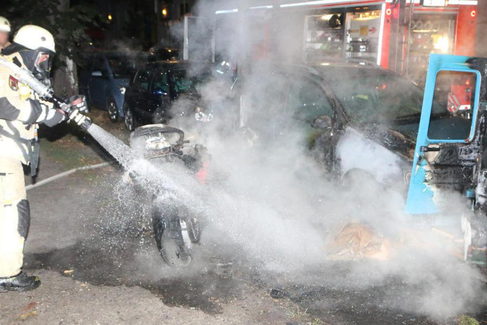 Einsatzkräfte der Feuerwehr löschen ein Motorrad, das von dem mutmaßlichen Brandstifter angezündet wurde.