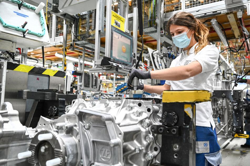 Bis zu 15.000 Stellen will Autozulieferer ZF streichen: Beschäftigte protestieren