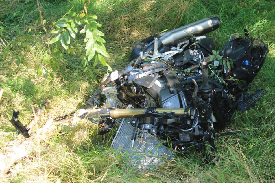 Schlimmer Crash bei Leipzig! Biker wird von Mercedes erfasst und in Graben geschleudert