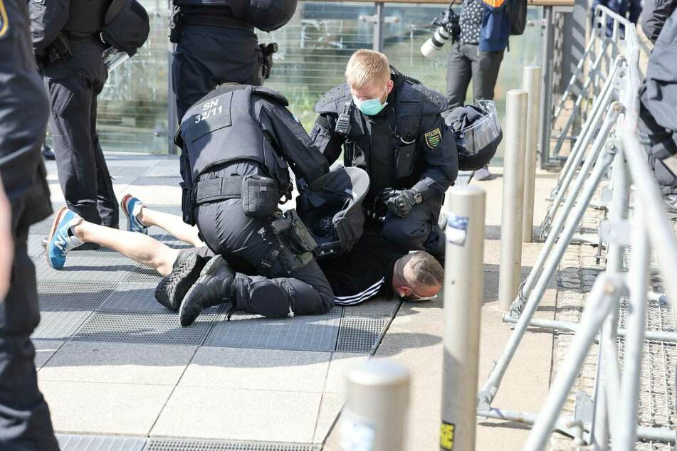 Auf den aggressiven Demonstranten kommt nun ein Verfahren wegen versuchter Körperverletzung zu.