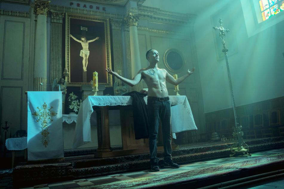 Daniel (Bartosz Bielenia) hat eine kriminelle Vorgeschichte und will dennoch Priester werden. Auf legale Weise ist das aber nicht möglich.