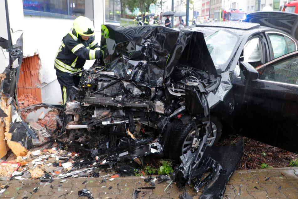 Chemnitz: Tödlicher Unfall: BMW-Hybridauto kracht gegen Mauer, 23-Jähriger stirbt