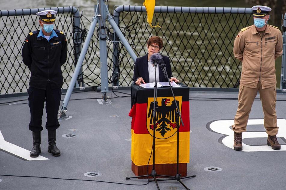 """Annegret Kramp-Karrenbauer (58, CDU, Mitte), Bundesverteidigungsministerin, spricht bei der Verabschiedung der Fregatte """"Bayern"""", die zu einer mehrmonatigen Übungsreise in den Indischen und Pazifischen Ozean aufbricht."""