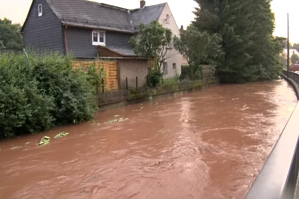 Eine überflutete Straße in Oberlungwitz. Heftige Unwetter suchen Sachsen heim.