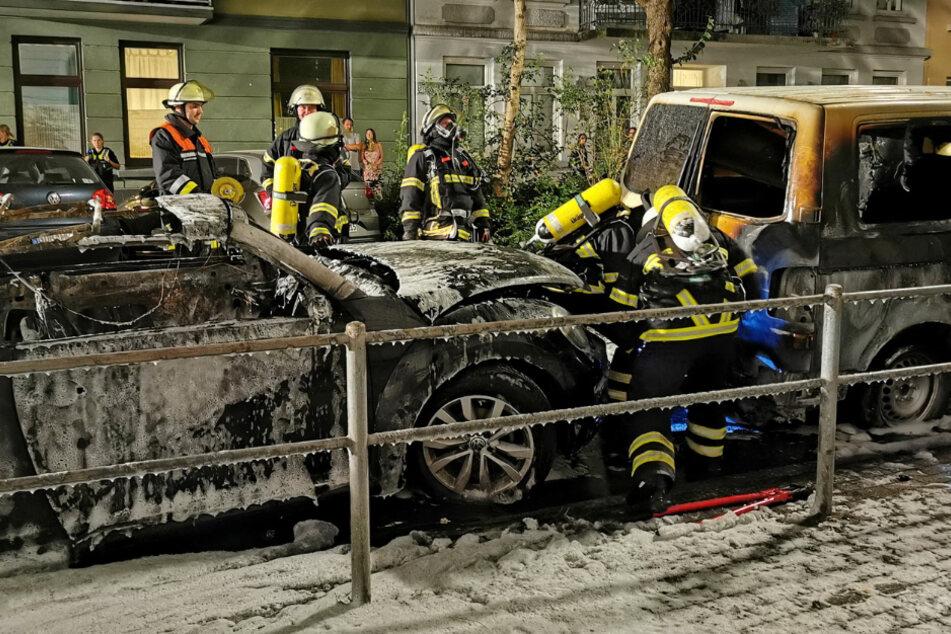 Hamburg: Anwohner durch Knall geweckt: Mehrere Autos brennen in Hamburg