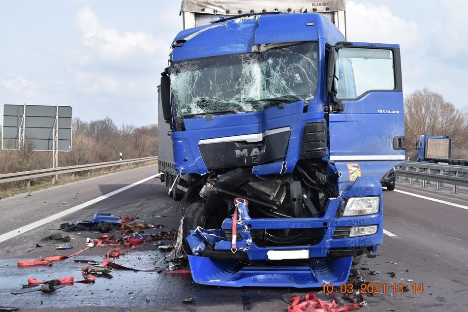 Der Fahrer des Lkw musste in ein naheliegendes Krankenhaus verbracht werden.