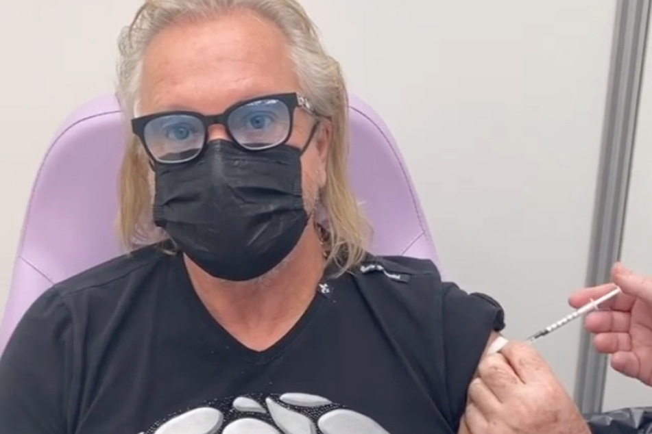 Robert Geiss (57) postete ein Video, wie er die Corona-Impfung in den Arm verabreicht bekam.