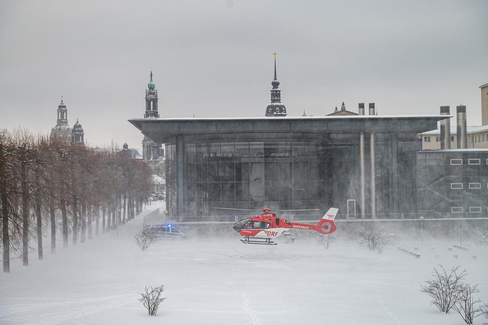 Der Rettungshubschrauber brachte gestern den Notarzt zum Landtag.