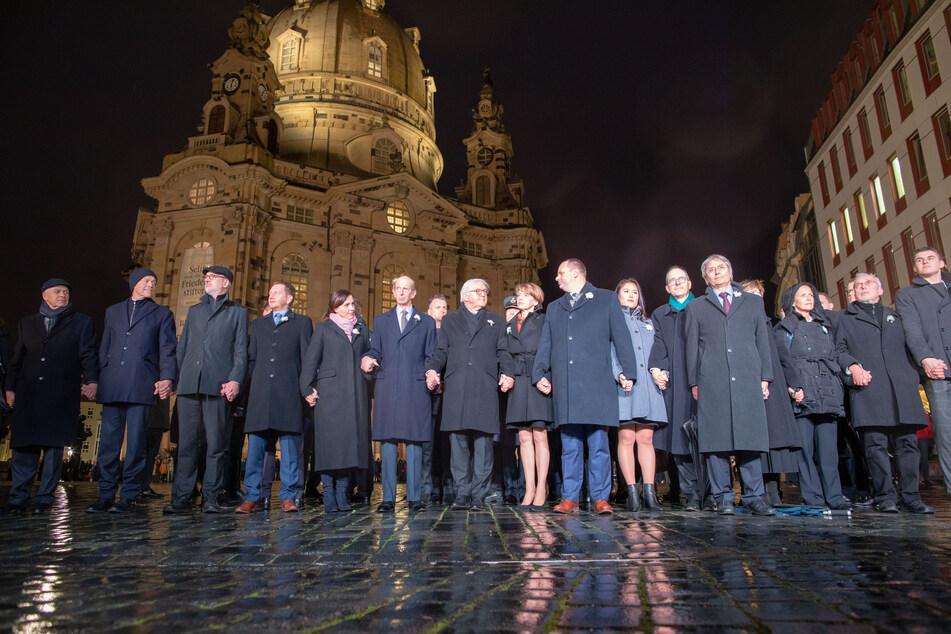 2020 sah die Menschenkette noch so aus: Politiker wie Michael Kretschmer (45, CDU, 4. v. l.) und Frank-Walter Steinmeier (65) erinnern an die Zerstörung Dresdens im Zweiten Weltkrieg.
