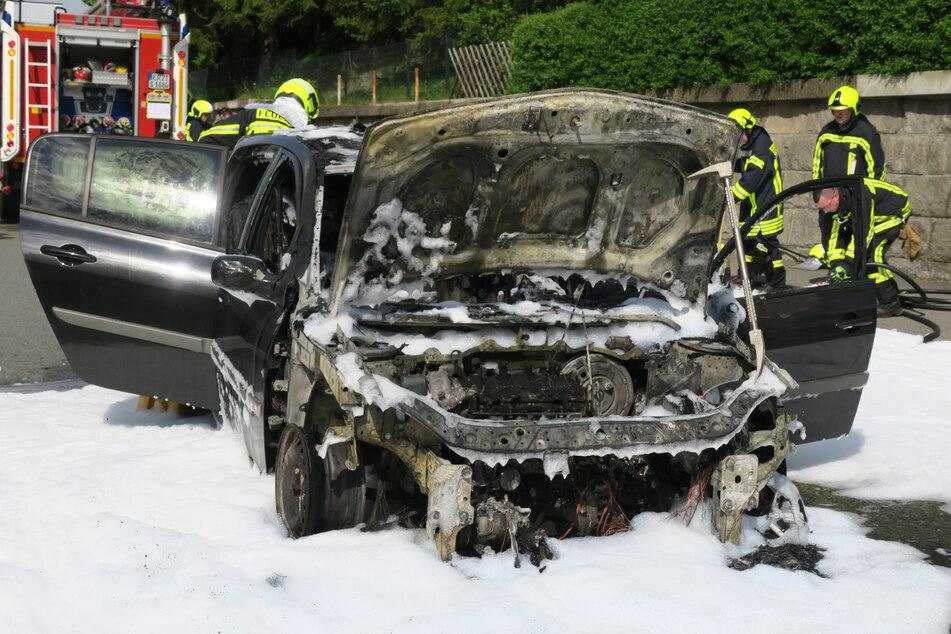Erzgebirge: Renault geht während der Fahrt in Flammen auf