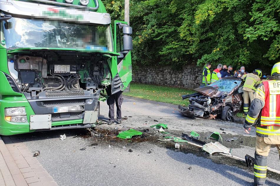 Auf der B4 in Nordhäuser waren ein Hyundai und ein Lkw frontal zusammengestoßen.