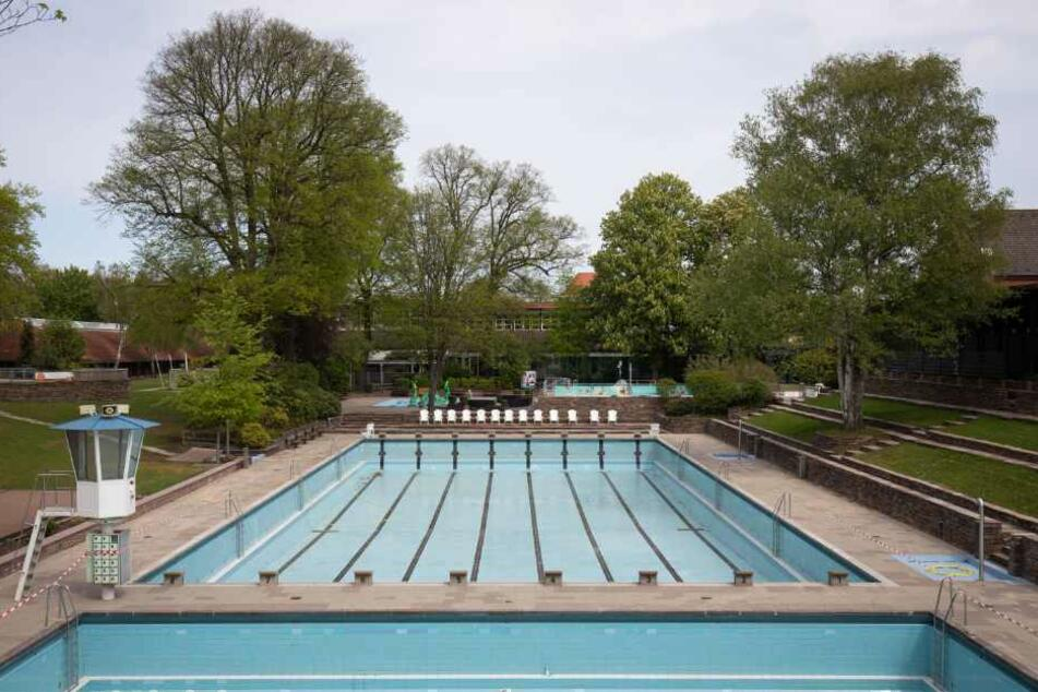 Menschenleer und noch ohne Wasser sind die Becken im Kaifu-Schwimmbad.