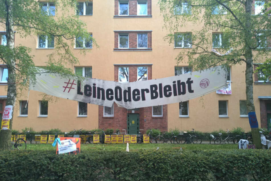 Ein Transparent mit dem Hashtag #LeineOderBleibt hängt vor der Leinestraße 36.
