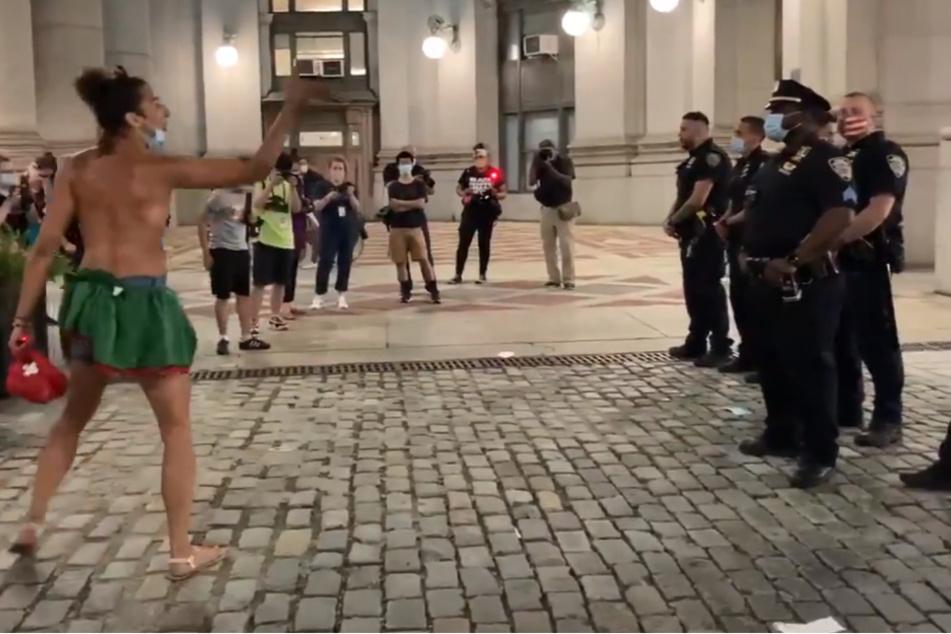 """Polizist von Demonstrant als """"Verräter"""" und """"schwarzer Judas"""" bezeichnet"""