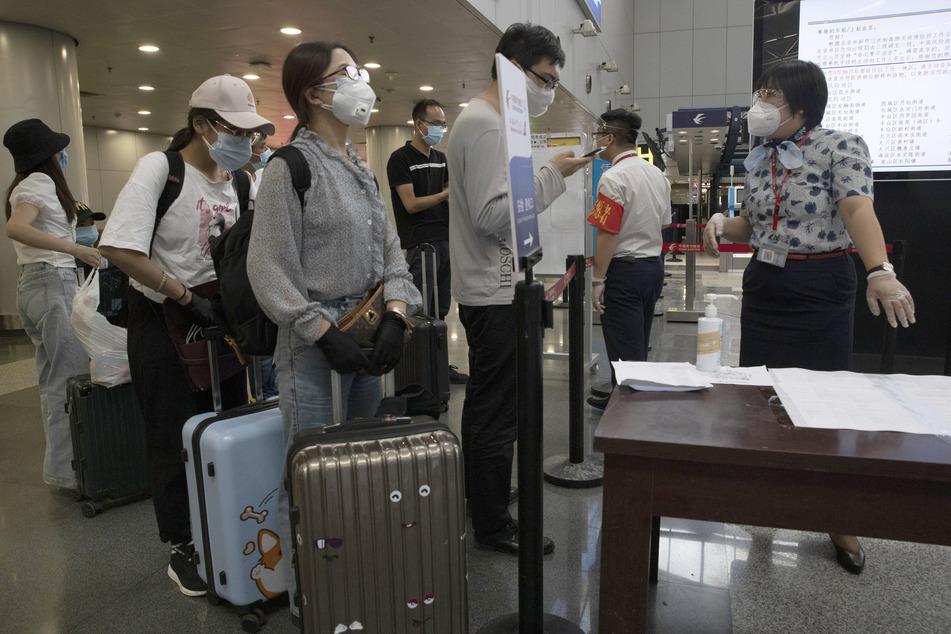 Reisende am Pekinger Hauptstadt-Flughafen.