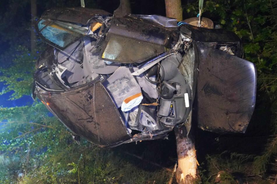 Junger Fahrer (†21) kracht mit Auto gegen Baum und stirbt sofort