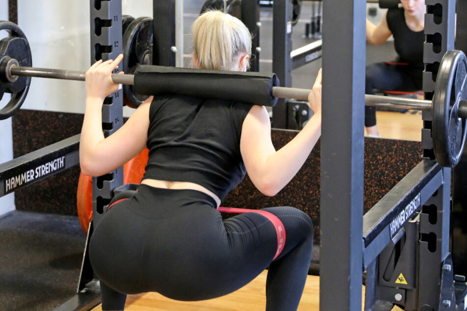 Eine Frau trainiert im Fitnessstudio.