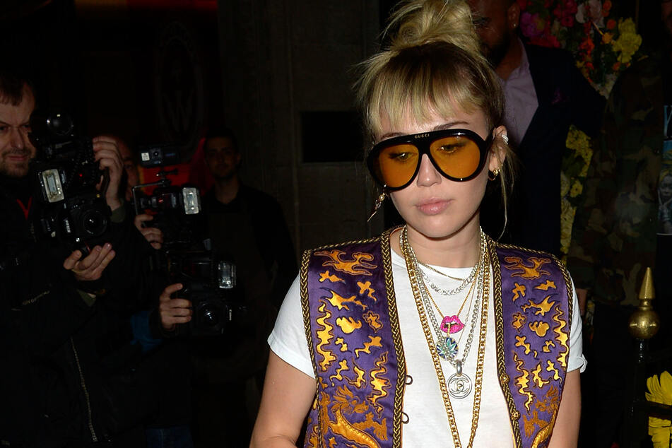 Miley Cyrus (28) is mourning the loss of her late dog named Mary Jane.