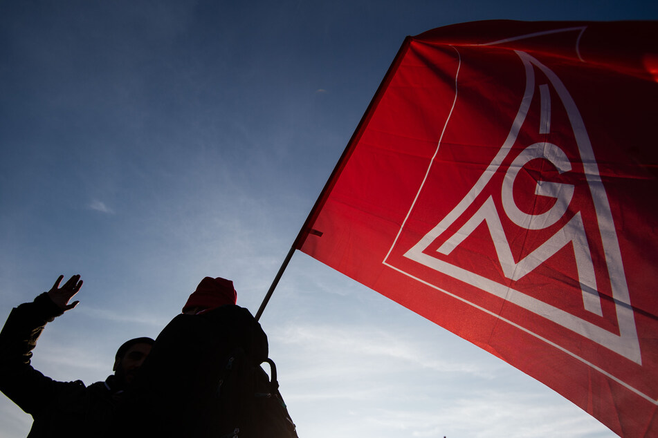 Protest in Leipzig: Mitarbeiter von Schaudt Mikrosa demonstrieren gegen Schließungspläne