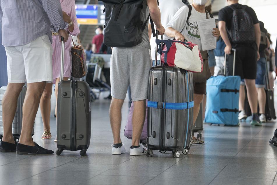 Passagiere warten in einem Terminal des Frankfurter Flughafens auf das Einchecken.