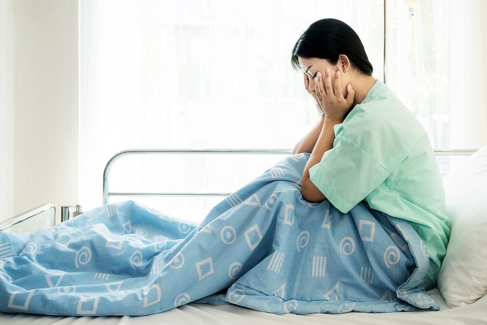 Frau erhält Schock-Diagnose im Krankenhaus, da verlässt ihr Mann sie einfach
