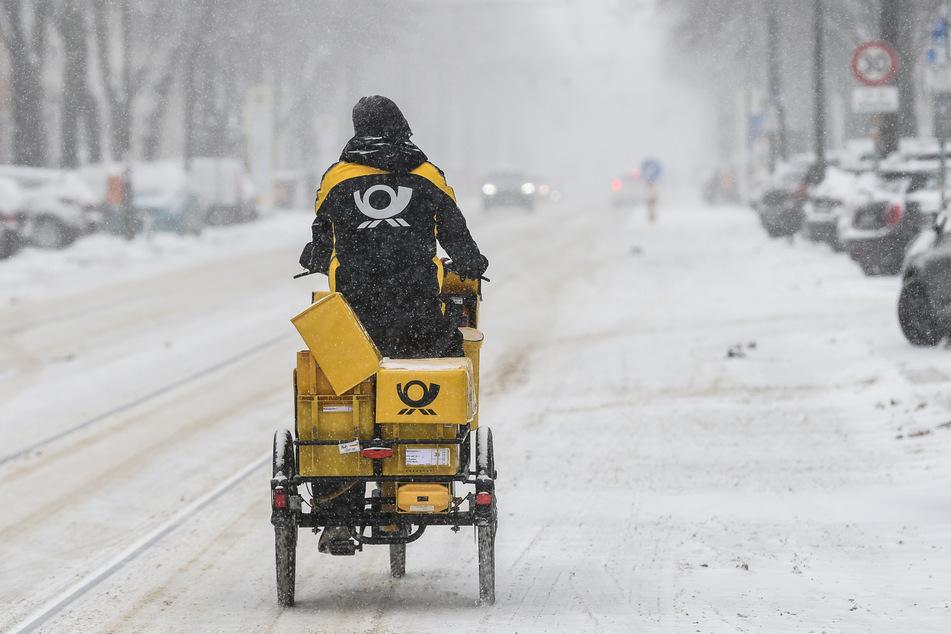 Beim aktuellen Wetter-Chaos haben auch Postboten große Probleme, ihre Briefe und Pakete auszuliefern.