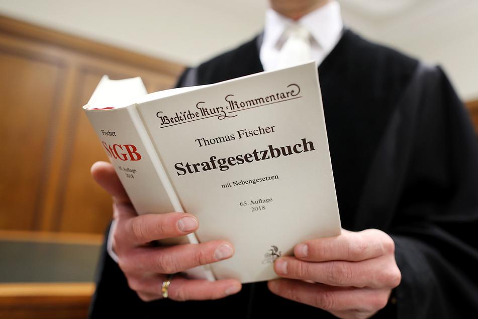 Ab Mittwoch muss sich ein Mann (26) unter anderem wegen Freiheitsberaubung und erpresserischen Menschenraubs vor dem Kölner Landgericht verantworten. (Symbolbild)