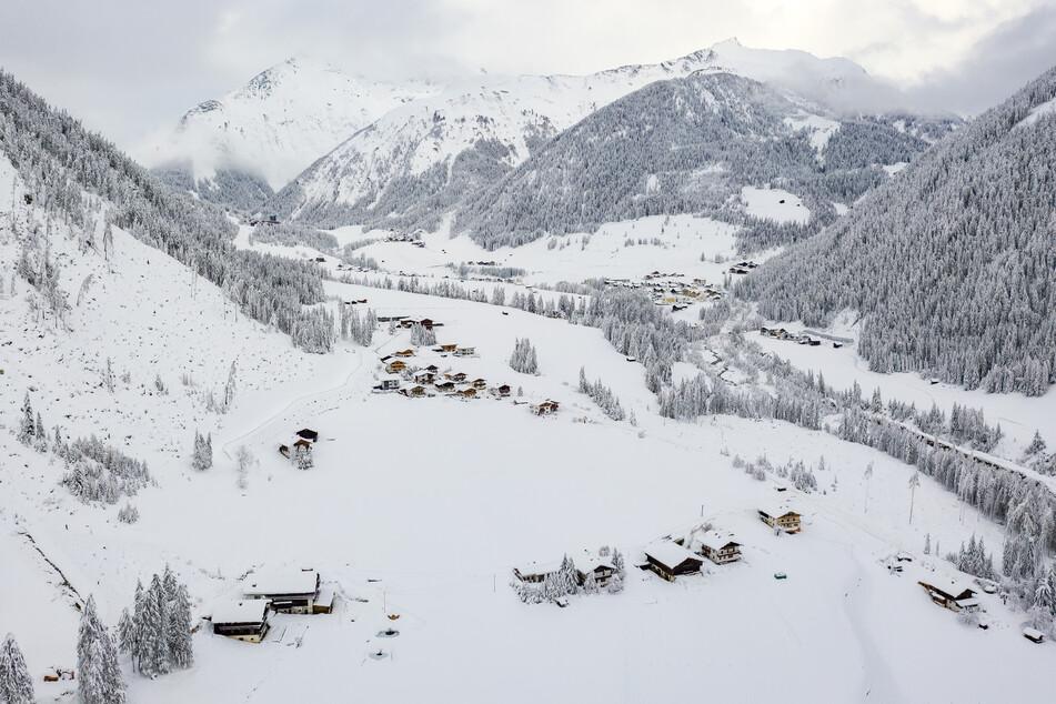 Das Kalsertal in Osttirol ist mit Schnee bedeckt. Der Winter macht sich in Teilen Österreichs mit enormen Schnee- und Regenmengen bemerkbar.