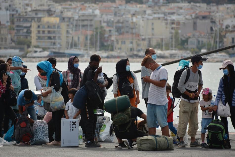 Migranten stehen Schlange, um eine Fähre von der Insel Lesbos zum griechischen Festland zu besteigen (Symbolbild).