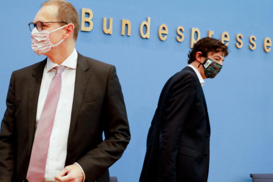 Berlin: Michael Müller (links, 55, SPD), Regierender Bürgermeister von Berlin, und Christian Drosten (48), Direktor Institut für Virologie, Charité Berlin, kommen am 9. Oktober mit Mund-Nasen-Schutz zur einer Pressekonferenz über die steigende Zahl der COVID-19-Patienten in den deutschen Großstädten.