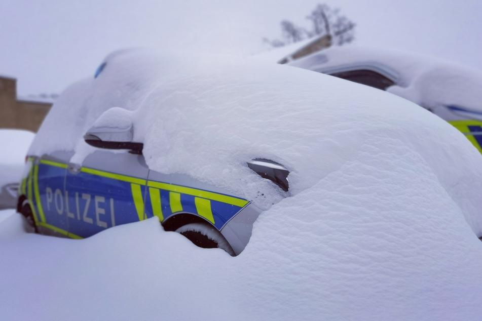 Im Harz sind viele Polizeiautos eingeschneit worden.