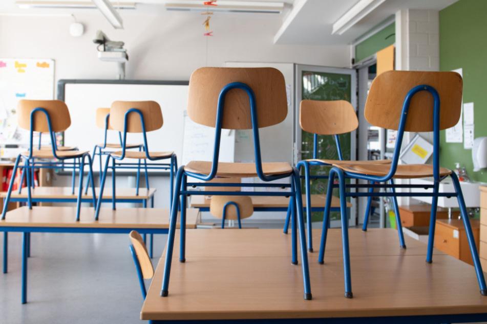 Noch stehen die Stühle in Sachsens Schulen auf den Tischen.