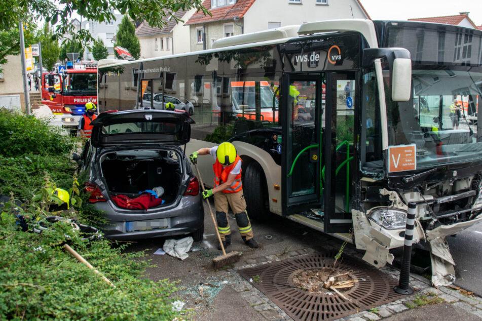 Auto und Bus krachen zusammen: Drei Menschen schwer verletzt