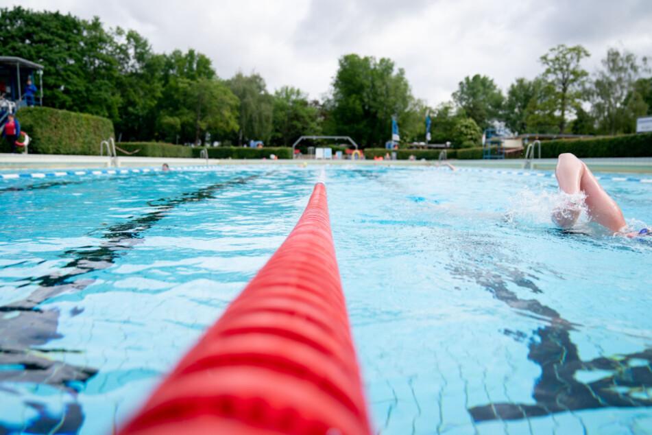 Freizeitsportler schwimmen im Sommerbad Wilmersdorf.