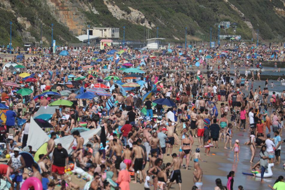 Bournemouth: Viele Menschen besuchen bei sommerlichem Wetter den Strand.