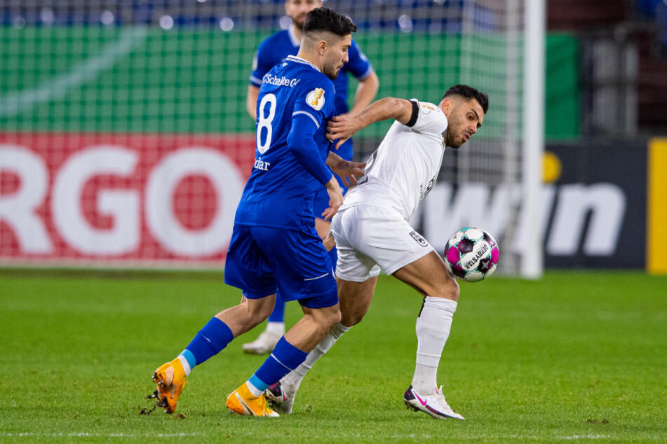 Schalkes Suat Serdar (l.) und Ulms Burak Coban kämpfen um den Ball.