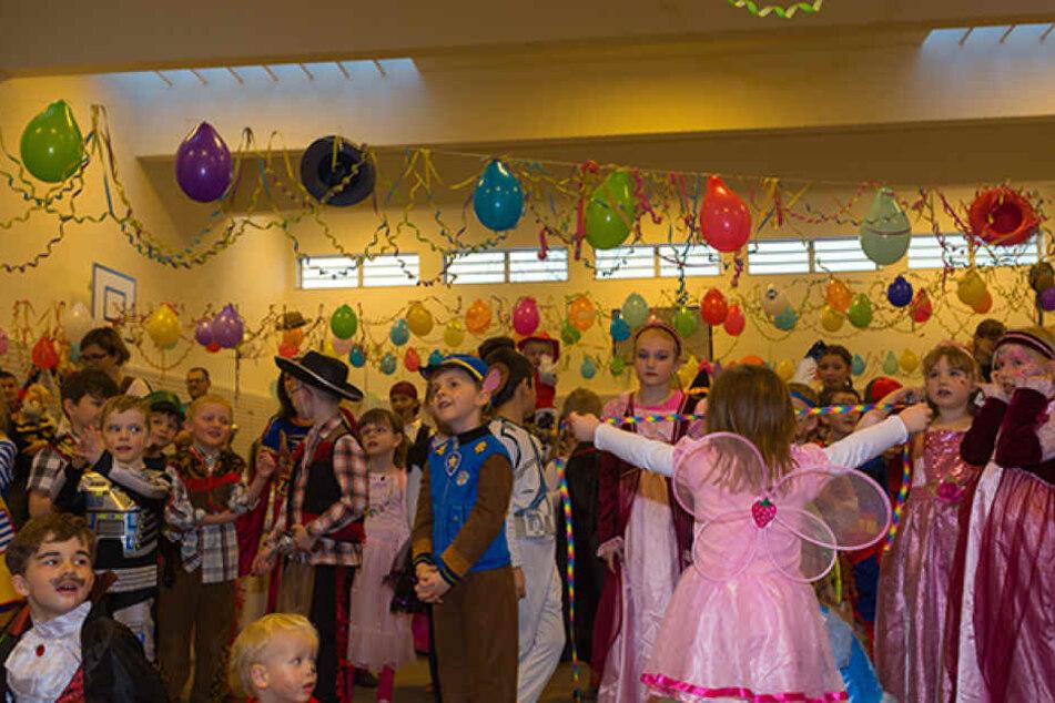 Im letzten Jahr feierten beim vierten Faschingsfest des Vereins 200 kleine Narren in der liebevoll geschmückten Sporthalle.