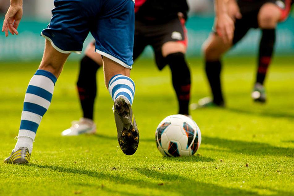 Erneute Massenschlägerei bei Kreisliga-Spiel: Spieler prügelt Gegner nieder